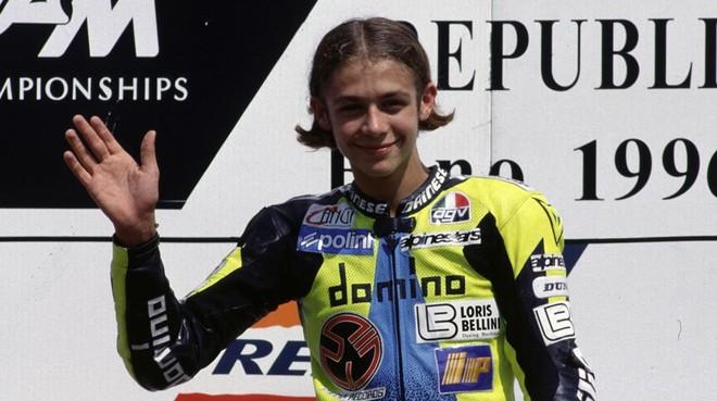 Valentino Rossi, con 17 a�os, saluda desde el podio de Brno-1996.