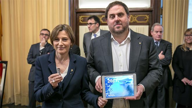 >El vicepresidente del Govern, Oriol Junqueras, entrega el proyecto de ley de presupuestos a la presidenta del Parlament, Carme Forcadell, este martes.