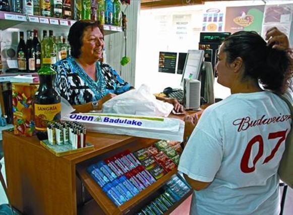 A lúltima 8 Encarna Prats atén una compradora a la seva botiga Open Badulake de Calafell.