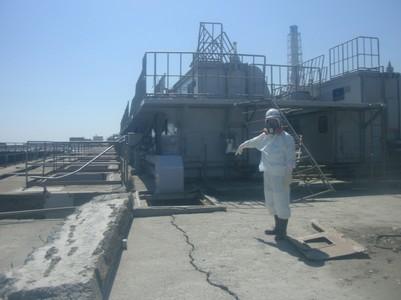 Un operario de Tepco señala una grieta cercana al reactor número 2, el pasado 2 de abril, en la central nuclear de Fukushima.