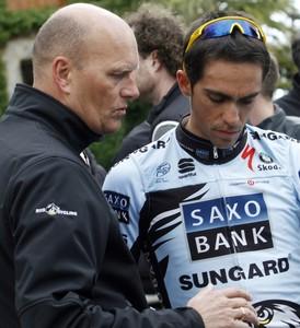 Bjarne Riis (izquierda) y Alberto Contador, el pasado febrero durante un entrenamiento en Puigpunyent (Mallorca).