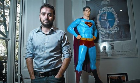 El director J. A. Bayona, fotografiado en su casa del Eixample, ayer por la tarde.