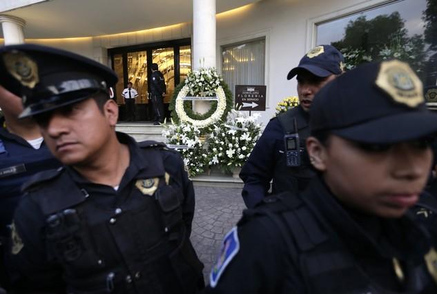 Policías bloquean el acceso al palacio de las Bellas Artes, donde México rendirá homenaje a García Márquez