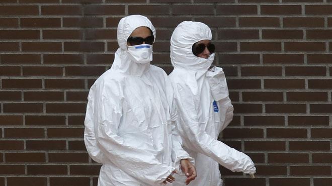 Los médicos afirman que la enferma de ébola se toco la cara con los guantes.