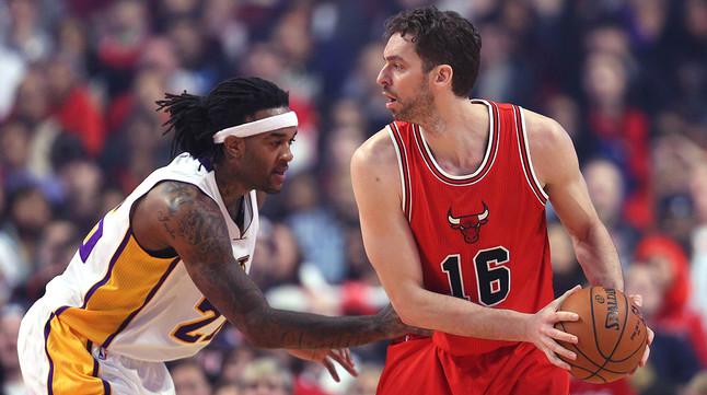Pau Gasol y Ed Davis, en un momento del partido entre los Bulls y los Lakers