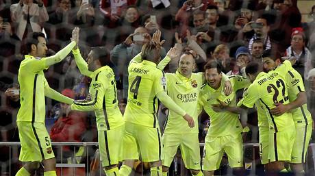 Buquets, Alba, Rakitic, Iniesta, Messi, Su�rez y Alves celebran uno de los goles de Neymar, fuera de imagen