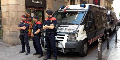 Despliegue policial en la calle Joaqu�n Costa, en Barcelona.