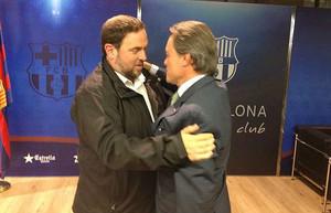 Oriol Junqueras abraza a Artur Mas,este martes,29 de septiembre, por la nocheen el Camp Nou, antes del partido Barça-Leverkusen.