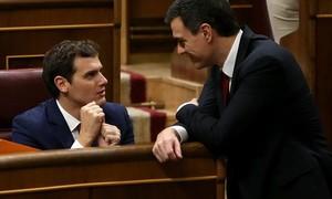 Albert Rivera y Pedro Sánchez conversan en el hemicio del Congreso de los Diputados, en la sesión constitutiva de las Cortes, el miércoles pasado.