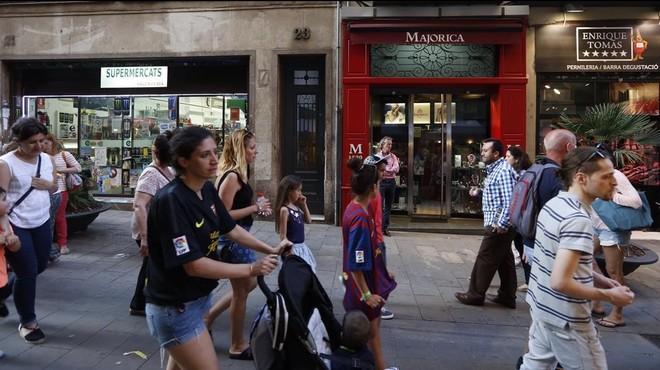 L'oferta més turística ofega el comerç cultural als eixos cèntrics
