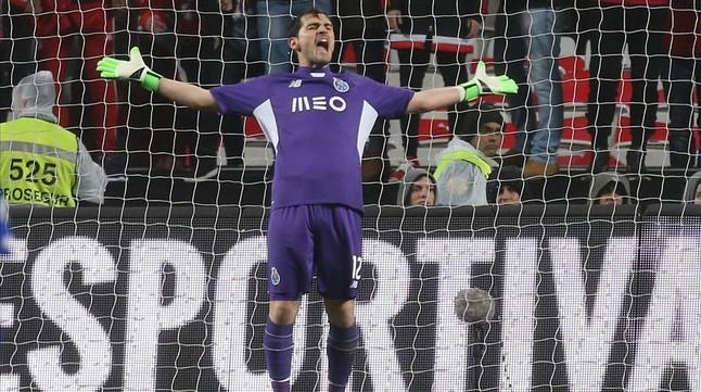 Casillas realiza un gesto en el estadio da Luz de Lisboa en su duelo con el Benfica.