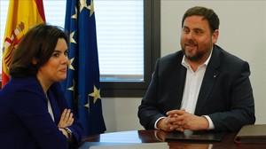 Soraya Sáenz de Santamaría y Oriol Junqueras, el 28 de abril, en la Moncloa.