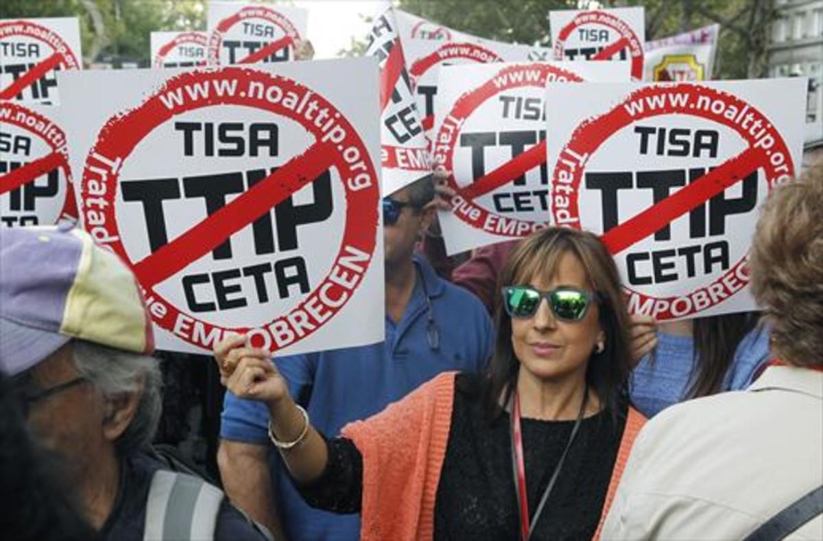 Participantes en la manifestación contra los tratados de libre comercio con EEUU y Canadá que se celebró el sábado pasado en Madrid.