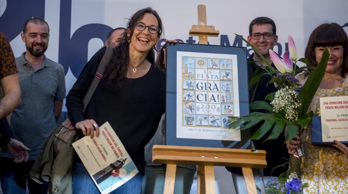 Teresa Calbó posa con el cartel ganador de las Fiestas de Gràcia 2017.