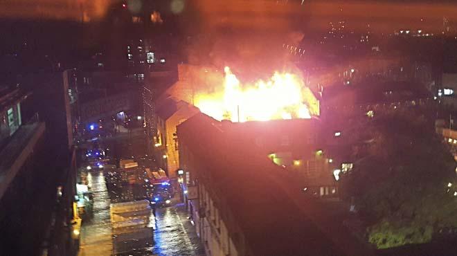 Un incendi arrasa un edifici al mercat de Camden a Londres