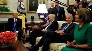 Trump (izq) y Pelosi (derecha), entre otros representantes del Congreso, en la Casa Blanca, el 6 de septiembre.