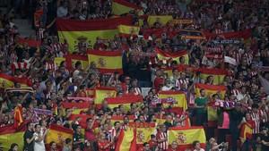 Numerosas banderas españolas en el Wanda Metropolitano para recibir al Barça.
