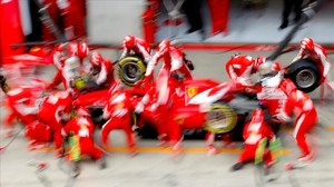 El equipo Ferrari, en un cambio de ruedas de Sebastian Vettel en el GP de Austria.