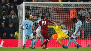 Sadio Mané anota el tercer gol del Liverpool contra el Manchester City.