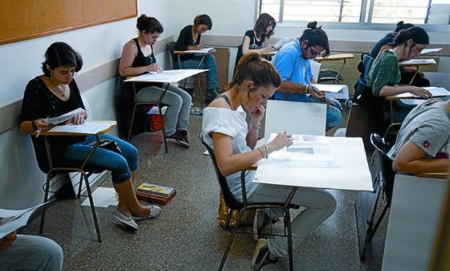 Alumnos de la selectividad se ven obligados a dibujar en for Mesas de dibujo artistico