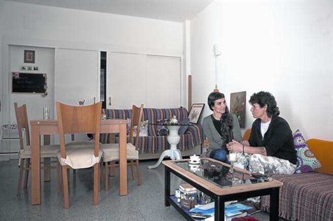Belén Vilches, usuaria del edificio de Sant Eloi, 2-4, y la trabajadora social Aldana Menéndez, de ABD.