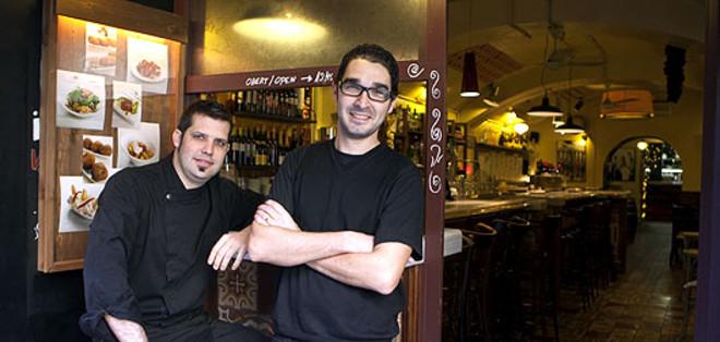 El cocinero Jordi Peris y su socio, Jordi Palomino, responsable del Bar del Pla. ALBERT BERTRAN