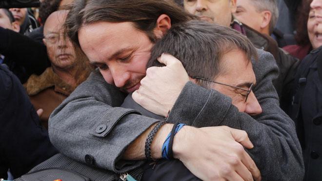 Monedero se fundió en un cariñoso abrazo con el líder de Podemos.