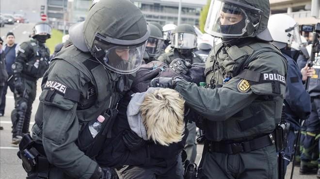 400 detinguts en l'inici del congrés del partit alemany d'ultradreta Alternativa per Alemanya