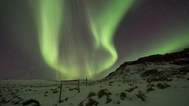 El fenómeno de la aurora borealen el cielo sobre Bifrost Western, Islandia.