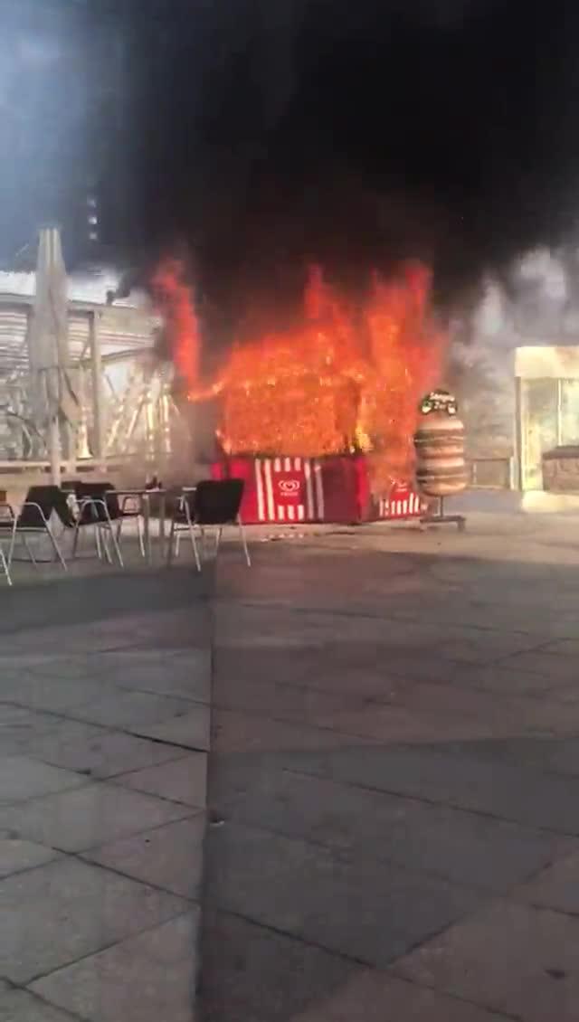 Aparatós incendi d'un xiringuito al passeig Marítim