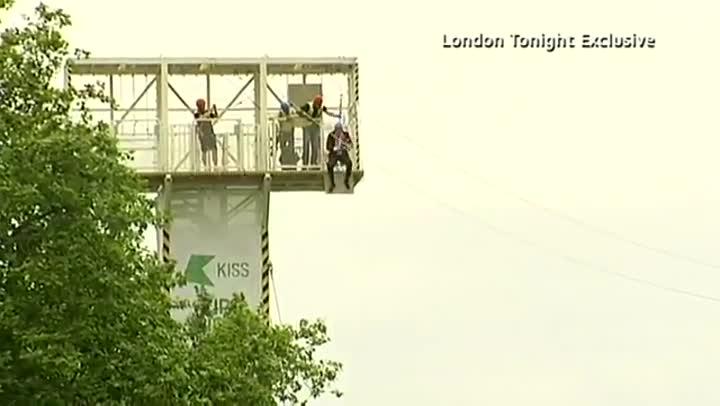 Johnson se deja caer en tirolina en Victoria Park durante los Juegos Ol�mpicos de Londres del 2012.