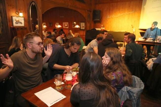 Jueves de 'pub quiz' en The Philharmonic. Al fondo, a la derecha, Donnie, el Jordi Hurtado de este trivial.