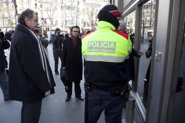 Un jutge busca a la seu dels Mossos de Sabadell cintes d'un cas de tràfic de drogues