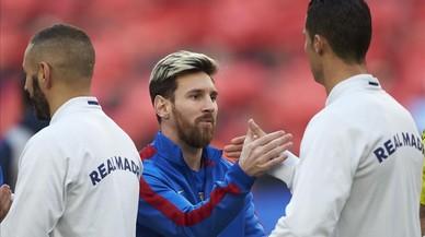 Leo Messi y Cristiano Ronaldo se saludan, en el Camp Nou.