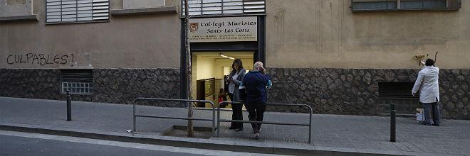 Limpieza de las pintadas en el colegio de los Maristas de Sants-Les Corts, esta ma�ana a las ocho.