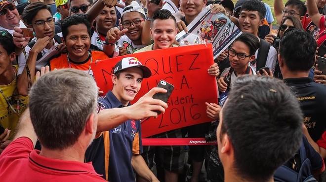 Marc Márquez (Honda) atiende a sus fans, en Sepang, tras el GP de Malasia.
