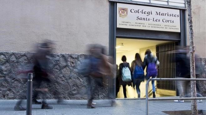 Un grupo de escolares, a la entrada de la escuela Maristes Sants-Les Corts.