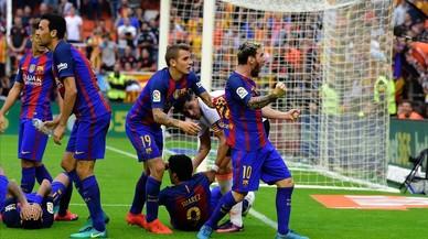 Messi celebra efusivamente el gol tras el lanzamiento de botellas que sufrieron en Mestalla los jugadores conel 2-3.