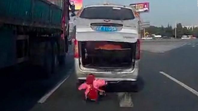 El niño se cayó del maletero con el vehículo en marcha.