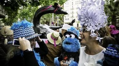 Participantes de la Passejada ataviados con sombrero, al igual que la jirafa de la Rambla con Diagonal.