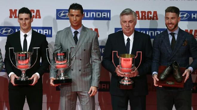 Ronaldo, acompa�ado por Aduriz, Ancelotti y Ramos tras la entrega de los premios Marca de la temporada pasada.