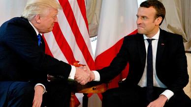 Trump y Macron se miran durante el estrecho apretón de manos que han protagonizado, el jueves en Bruselas.