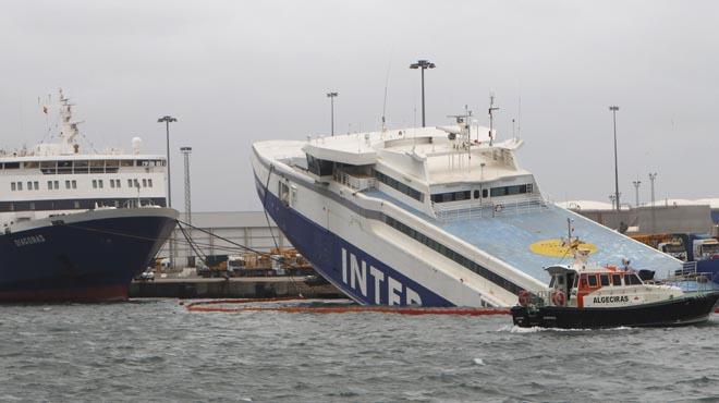 Un vaixell abandonat, semienfonsat al port d'Algesires per via d'aigua