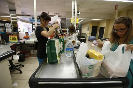 Varios clientes realizan la compra en un supemercado de Barcelona.