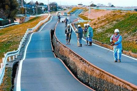 Ingenieros inspeccionan una carretera resquebrajada en la localidad japonesa de Satte.