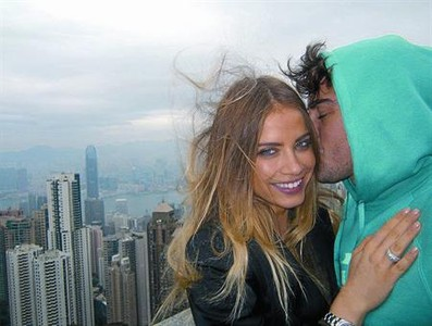 Fernando Alonso besa a Xenia Tchoumitcheva en un rascacielos de Hong Kong, a principios de diciembre.