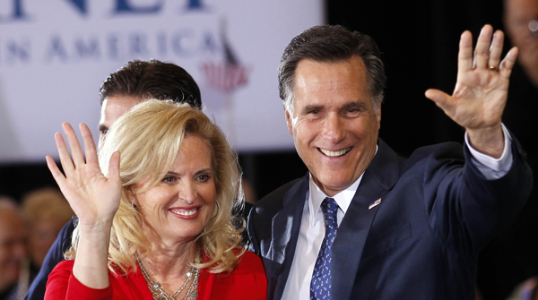 Mitt Romney, con su esposa Anna, saluda a sus seguidores en Novi (Michigan).