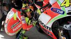 Valentino Rossi ejecuta su famoso ritual antes de entrenar en el circuito de Jerez. 'El Doctor', leyenda viva del motociclismo lucha por mejorar el rendimiento de su Ducati.