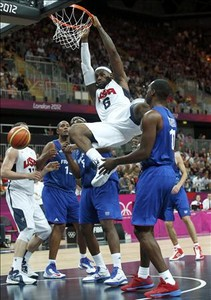 Lebron James machaca en el debut de EEUU ante Francia.