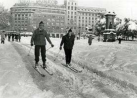 Dos esquiadores en la plaza de Catalunya, ante la mirada atónita de los viandantes.
